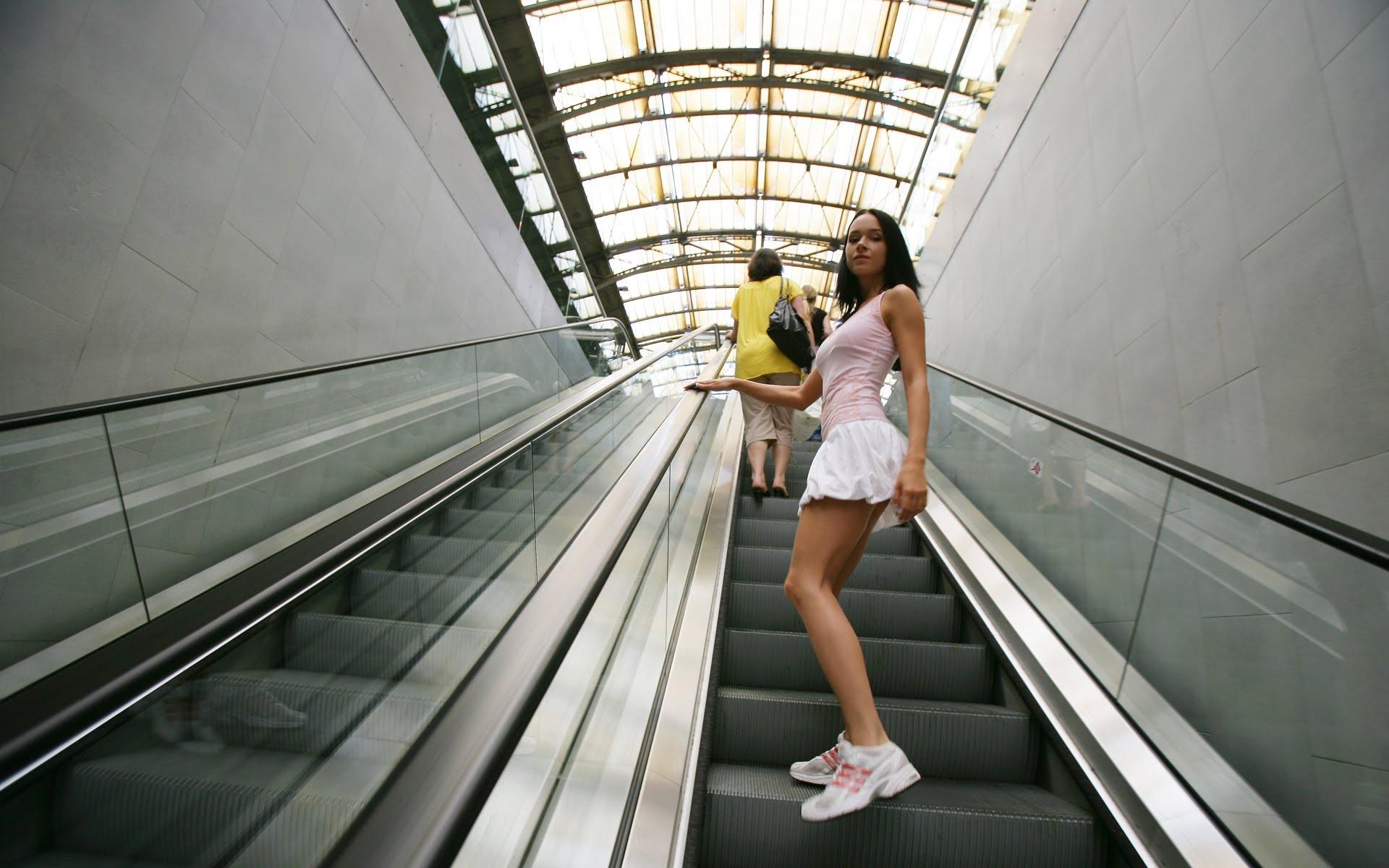 ролики задирают юбки на эскалаторе метро нашем